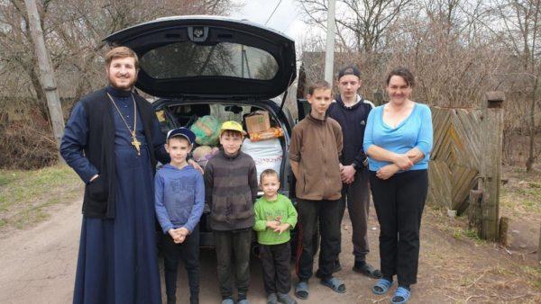 Голова єпархіального відділу у справах сім'ї надав допомогу багатодітній сім'ї с. Крути
